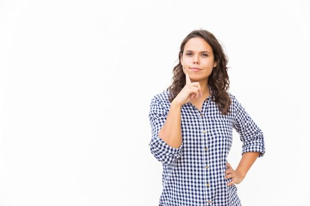 Tevreden vrouwelijke klant wat betreft gezicht en het nemen van een beslissing