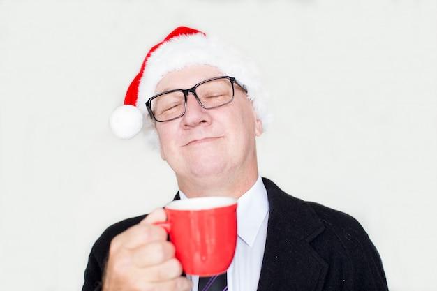 Tevreden zakenman die van aroma van koffie geniet