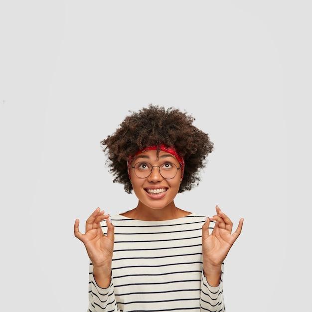 Tevreden zwarte vrouw met vrolijke uitdrukking