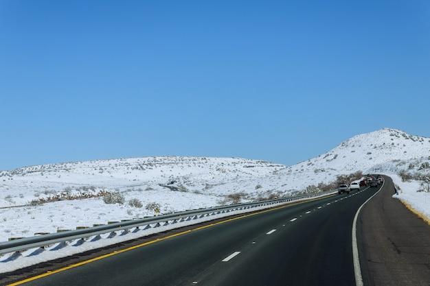 Texas highway road in bergen bedekt met sneeuw vs.