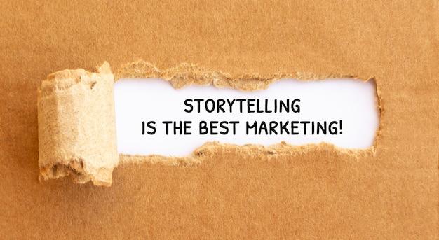 Text storytelling is de beste marketing die verschijnt achter gescheurd bruin papier, concept