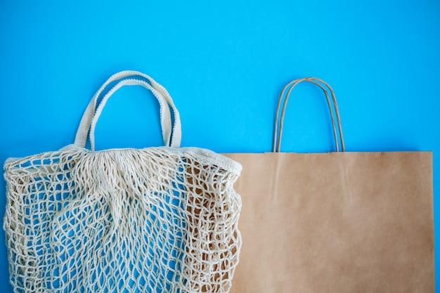 Textiel en papieren eco-tassen op blauw. milieuvriendelijk, hergebruik en zero waste-concept.