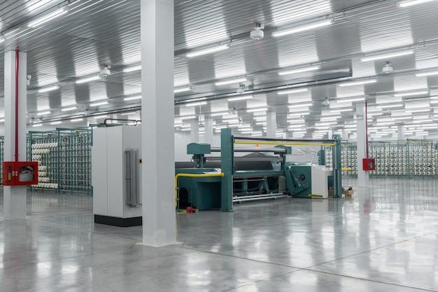 Textielgaren op de wikkelmachine wordt op de grote as geschroefd apparatuur in een textielfabriek