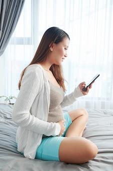Texting zwangere vrouw