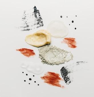 Texturen van cosmetica en poeder, bodyscrub, uitstrijkjes op witte achtergrond.