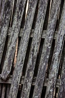 Textuur: close-up van versleten en ongeverfd houten hekwerk, typisch voor het platteland van brazilië. staat sao paulo