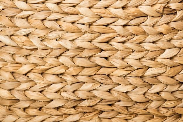 Textuur en achtergrond: een bruine rieten mand. natuurlijke materialen