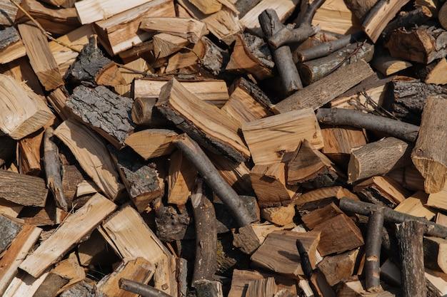 Textuur, gehakt brandhout van verschillende soorten bomen, voorbereiding van brandhout voor de winter.
