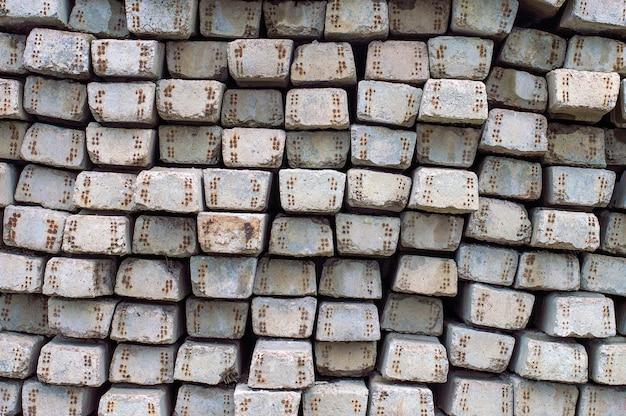 Textuur gewapend beton dwarsliggers, berg van oude dwarsliggers