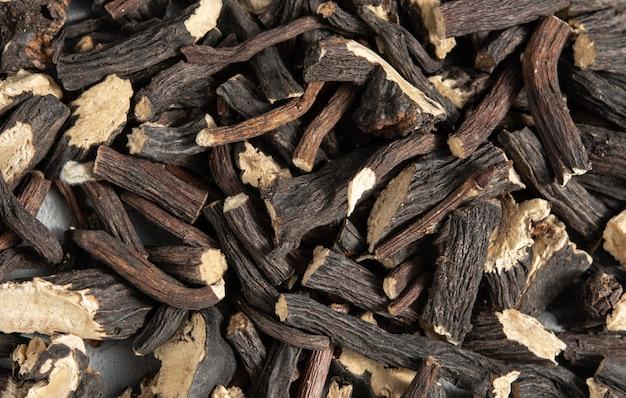 Textuur van afbrokkelende boomschors - close-up (biologische achtergrond)