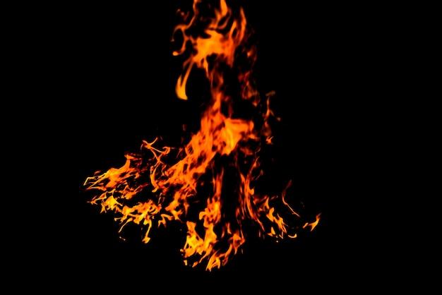 Textuur van brandvlammen op zwarte achtergrond