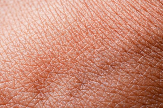 Textuur van de huid. donkere huid van de macro van de vrouwenhand