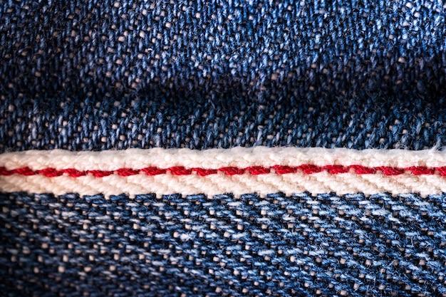 Textuur van denimblauw begrensd door het rood