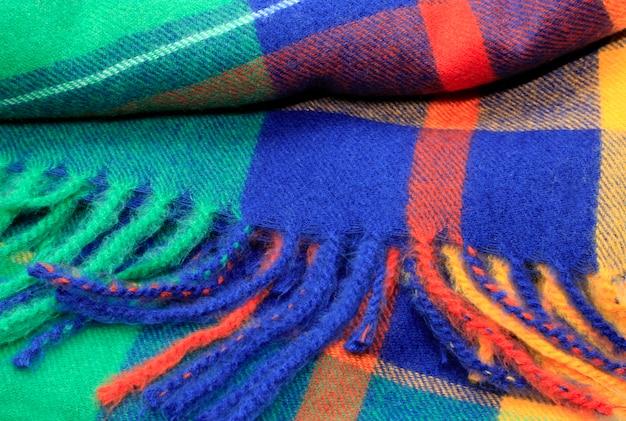 Textuur van een heldere veelkleurige sjaal met rand