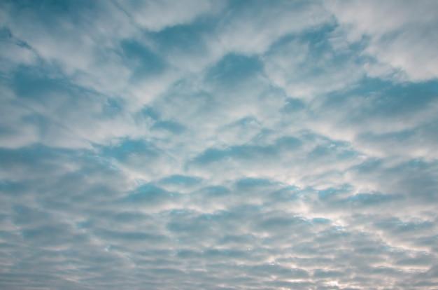 Textuur van een sombere bewolkte hemel bij dageraad