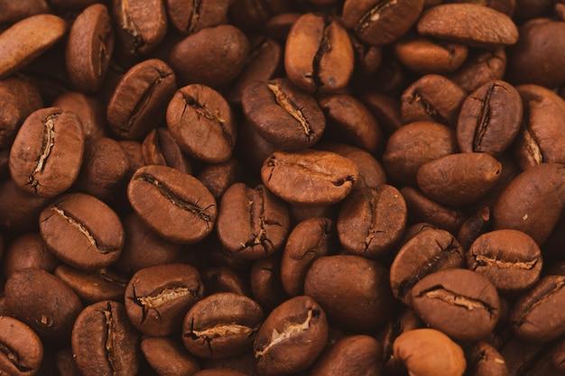 Textuur van gebrande koffiebonen close-up, bovenaanzicht.