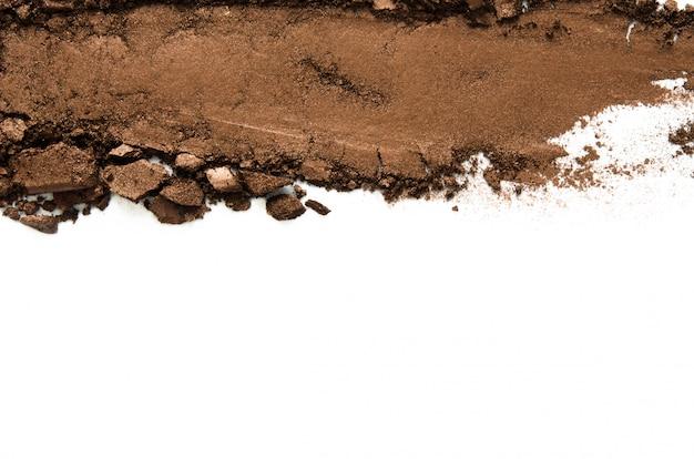Textuur van gebroken oogschaduw of poeder. het concept van mode- en schoonheidsindustrie. detailopname. kopieer ruimte.