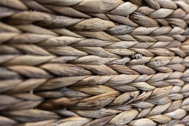 Textuur van geweven beige stro, achtergrond van vlechten van de plant stam close-up.