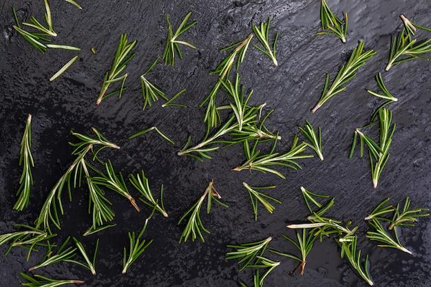 Textuur van groene, vers gesneden rozemarijnbladeren (rosmarinus officinalis) .. ingrediënt van mediterrane keuken en genezende huisremedie.