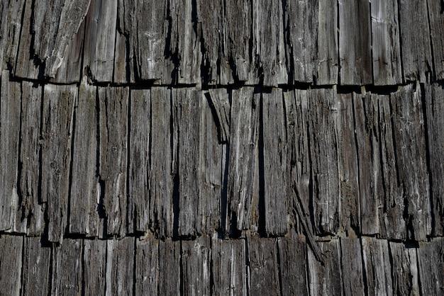 Textuur van het oude houten dak van het huis. details van traditionele landelijke architectuur