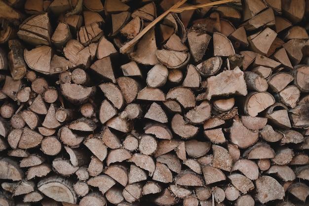 Textuur van houten logboeken van verschillende grootte die in een hoop liggen