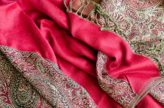 Textuur van kasjmier pashmina textiel rode en gouden kleuren