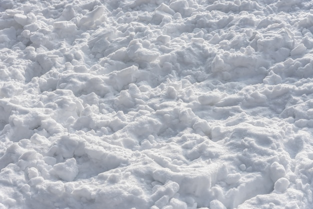 Textuur van mooie witte sneeuw in de middag