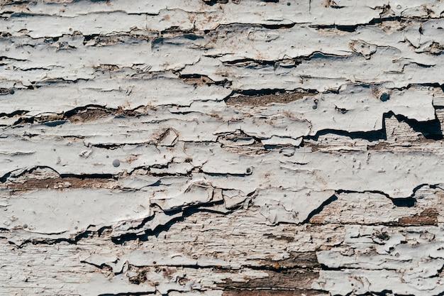 Textuur van oude planken geschilderd met witte verf met scheuren en krassen