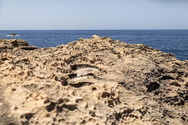 Textuur van vulkanisch gesteente oppervlak in cyprus eruit als maanoppervlak.