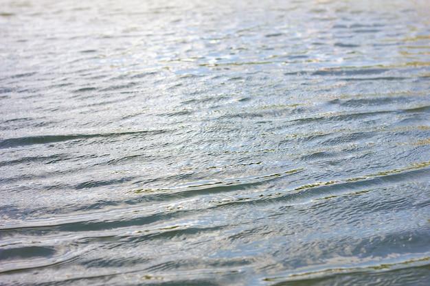 Textuurgolven bekijken van bovenaf, briljant helder water.