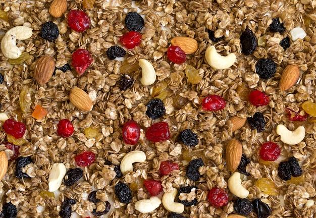 Textuurgranola met droge kersen en noten.