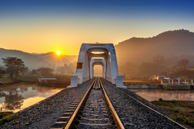 Thachomphu railway bridge of white bridge bij zonsopgang in lamphun, thailand.