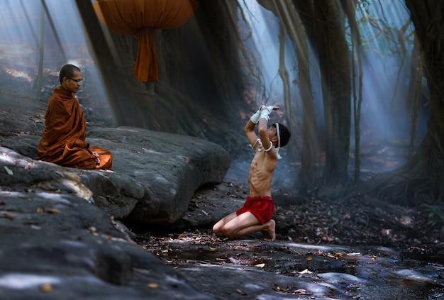 Thai boxer aanbidt een monnik