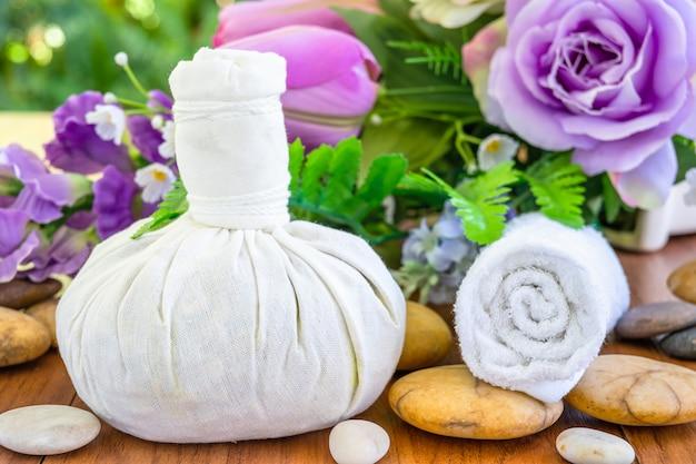 Thai spa massage met kruidenkompresbal