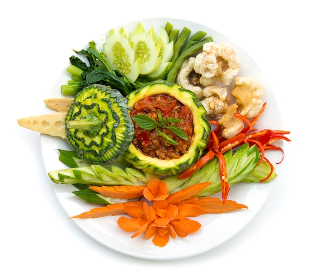 Thaifood noordelijke stijl varkensvlees en tomatenpuree chili pittig met knapperig varkensvlees en vagetable.thai cuisine, thaispicy gezond eten of dietfood bovenaanzicht geïsoleerd
