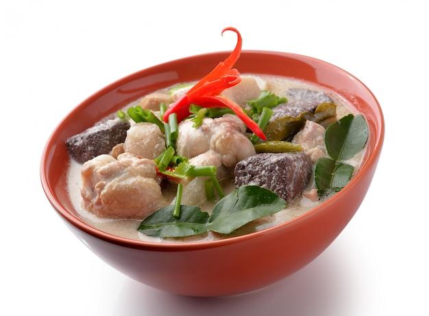 Thaifood pittige kip curry in kokosmelk