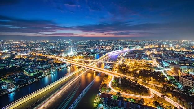 Thailand bangkok transport met moderne bedrijfsgebouwen langs de rivier, het hotel en het woongebied in de hoofdstad van thailand