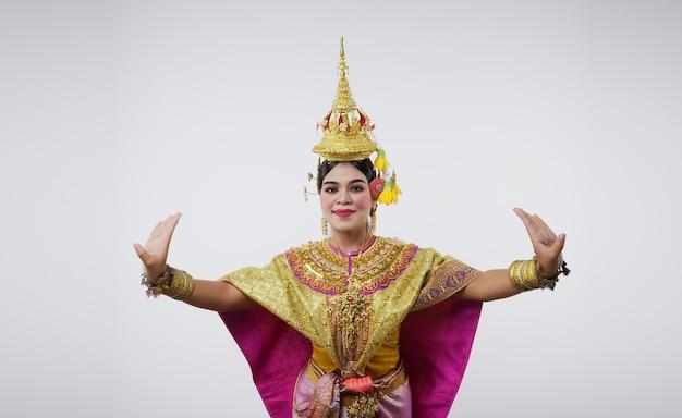Thailand dansen in gemaskerde khon benjakai op grijs. thaise kunst met een uniek kostuum en dans.