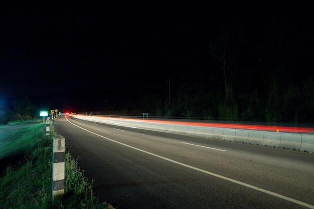 Thailand upcountry verkeer in de stad 's nachts