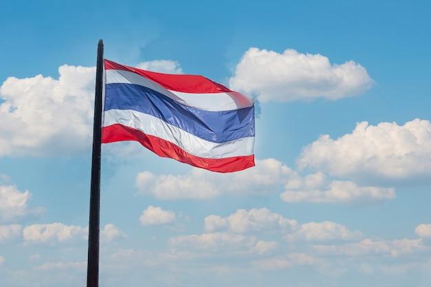 Thailand vlag zwaaien tegen blauwe hemelachtergrond