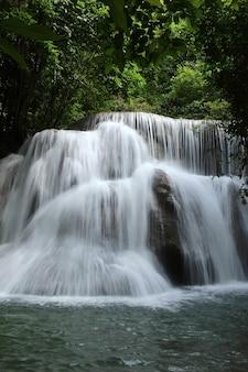 Thailand waterval in kanchanaburi (huay mae kamin)