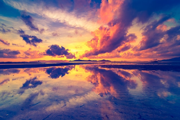 Thailand zonsopgang silhouet luchtfoto oceaan golf waterkant met hemel reflectie aziatische eiland schilderachtige zon