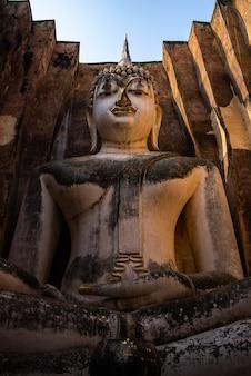 Thais boeddhisme oud gouden boeddhabeeld, aziatische boeddhistische cultuur met oude beeldhouwkunst in tempel, zen spirituele religie