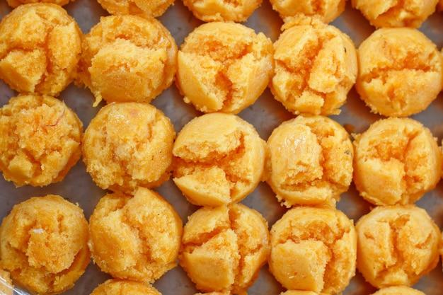 Thais die snoepjesdessert van ei en suiker wordt gemaakt