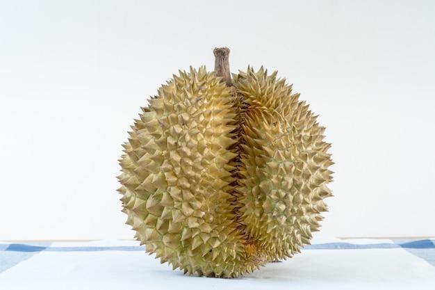 Thais durian-fruit op de houten lijst met lege zwarte raads dichte omhooggaand.