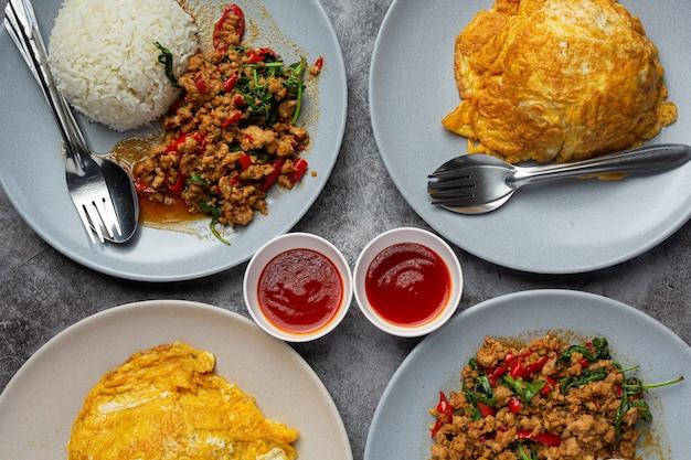 Thais eten; basilicum gehakt varkensvlees met rijst en gebakken ei