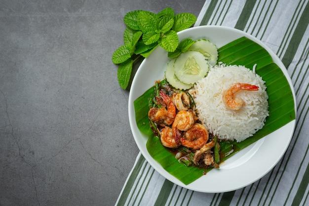 Thais eten; garnalen en inktvis gebakken gekookt met kousenband en rijst.