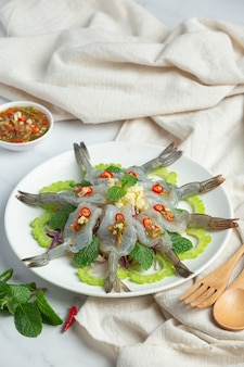 Thais eten; garnalen in pittige vissaus
