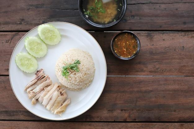 Thais eten gastronomische gestoomde kip met rijst khao mun kai op houten achtergrond