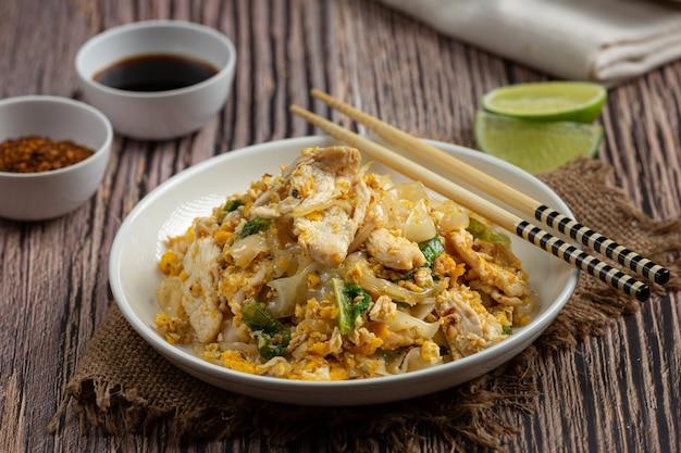 Thais eten. gebakken noedels met varkensvlees in sojasaus en groente